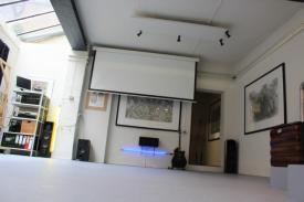 Veranstaltungsraum mit kleiner Bühne